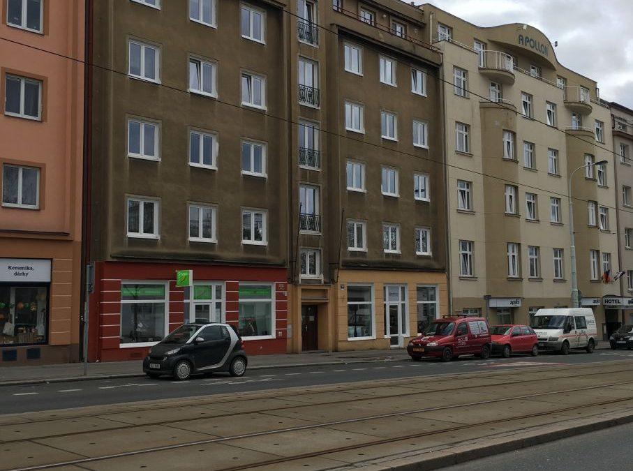 Lakování vstupních dveří Koněvova 160 Praha 3